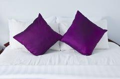Chambre à coucher avec de doubles oreillers pourprés Image libre de droits