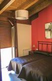 Chambre à coucher avec de vieux meubles et murs rouges Photo libre de droits