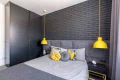 Chambre à coucher avec des accents jaunes images libres de droits