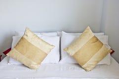 Chambre à coucher avec des oreillers brun clair. Photos libres de droits