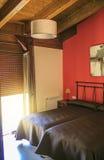 Chambre à coucher avec deux lits et murs rouges Images libres de droits