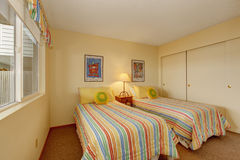 Chambre à coucher avec deux lits simples dans la literie gaie Photographie stock