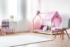 Chambre à coucher avec du charme du ` s de fille images libres de droits