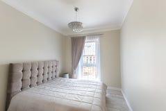 Chambre à coucher avec la lampe et la fenêtre photo libre de droits