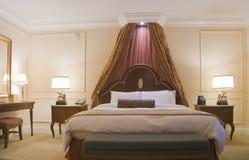 Chambre à coucher avec le bâti grand d'écran Photo stock
