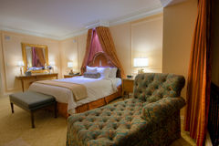 Chambre à coucher avec le bâti grand d'écran de lampes Photographie stock