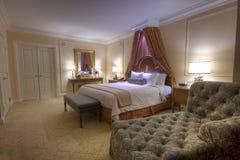 Chambre à coucher avec le bâti grand d'écran de lampes Photographie stock libre de droits