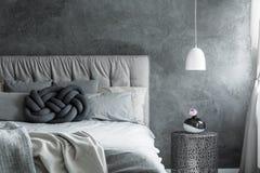 Chambre à coucher avec le coussin de noeud de DIY Photographie stock libre de droits