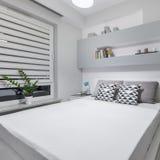 Chambre à coucher avec le double bâti photos stock