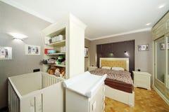 Chambre à coucher avec le double lit, berceau de bébé blanc photographie stock