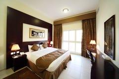 Chambre à coucher avec le grand double bâti ouvert de rideau photographie stock