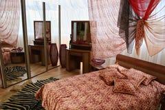 Chambre à coucher avec le grand hublot photo libre de droits
