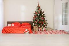 Chambre à coucher avec le lit de décoration d'arbre de nouvelle année de Noël Photo stock