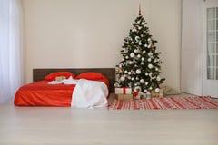 Chambre à coucher avec le lit de décoration d'arbre de nouvelle année de Noël Image libre de droits