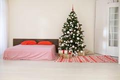 Chambre à coucher avec le lit de décoration d'arbre de nouvelle année de Noël Image stock
