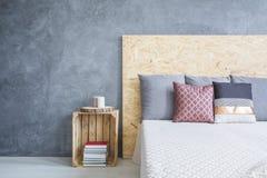 Chambre à coucher avec le lit diy d'eco images stock