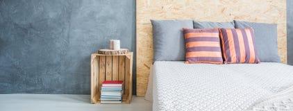 Chambre à coucher avec le mur gris photographie stock