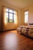 Chambre à coucher avec le plancher de bois dur photo libre de droits