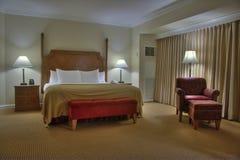 Chambre à coucher avec le rideau image stock