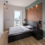 Chambre à coucher avec le rouge, mur de briques images stock