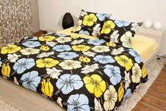 Chambre à coucher avec les draps de lit floraux Photo libre de droits