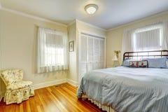 Chambre à coucher avec les meubles antiques photo stock