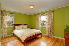 Chambre à coucher avec les murs verts au néon lumineux photographie stock libre de droits