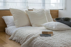 Chambre à coucher avec les oreillers noirs et blancs sur le lit Photo libre de droits