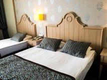Chambre à coucher beige de luxe d'hôtel photos libres de droits