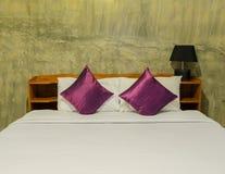 Chambre à coucher blanche avec le lit blanc rangé photographie stock