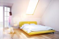 Chambre à coucher blanche de grenier, plancher en bois, plan rapproché, fille Photos libres de droits