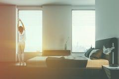 Chambre à coucher blanche de luxe intérieure, vue de côté, femme Images libres de droits