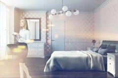 Chambre à coucher blanche de modèle, fauteuil, vue de côté modifiée la tonalité Images stock