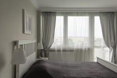Chambre à coucher blanche et grise romantique Photographie stock libre de droits