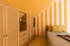 Chambre à Coucher Blanche Et Orange Avec Le Petit Lit Image stock ...