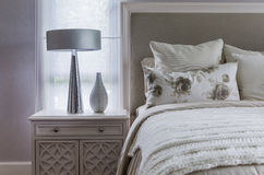 Chambre à coucher blanche intérieure moderne Photographie stock