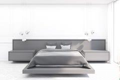 Chambre à coucher blanche, lit gris Photo libre de droits