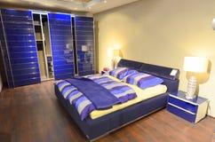 Chambre à coucher bleue meublée moderne Photographie stock