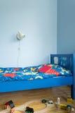Chambre à coucher bleue pour le garçon photographie stock libre de droits