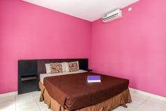 Chambre à coucher bon marché de villa images stock