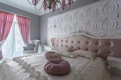 Chambre à coucher classique avec le double lit, TV Photos stock