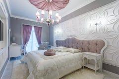 Chambre à coucher classique avec le double lit, TV Image libre de droits
