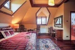 Chambre à coucher coloniale conçue de style photos stock