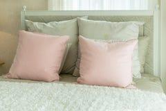 Chambre à coucher confortable avec les oreillers roses sur des lits Photos stock