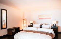 Chambre à coucher confortable chaude de style contemporain avec le lit et la bonne conception Co Photographie stock libre de droits