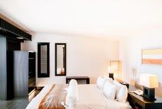 Chambre à coucher confortable chaude de style contemporain avec le lit et la bonne conception Co Images libres de droits