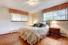 Chambre à coucher confortable de couleurs chaudes photographie stock libre de droits