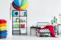 Chambre à coucher confortable du ` s d'enfant d'arc-en-ciel photographie stock