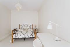 Chambre à coucher confortable et minimaliste photographie stock libre de droits