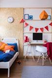 Chambre à coucher confortable pour le jeune images libres de droits